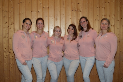 Das Modern Dance Trainer-Team in neuen Trainingsanzügen